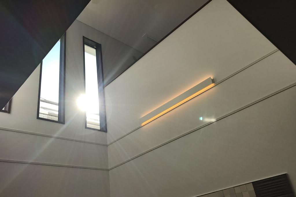 特徴的な窓のモダンハウス